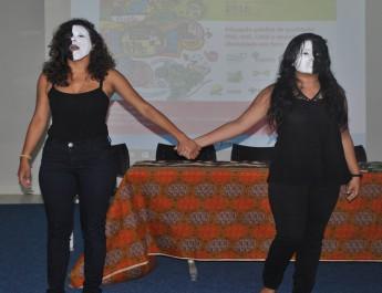 """As estudantes Daniela e Valdinali recitando juntas o poema de Victoria Santa Cruz, """"Me gritaram negra""""."""