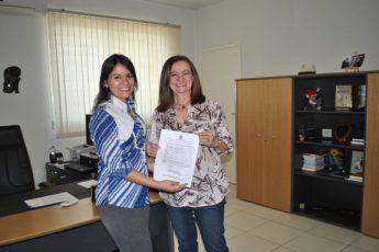 Posse da servidora Romênia Almeida, ao lado da então vice-reitora, Maria Elias Soares.