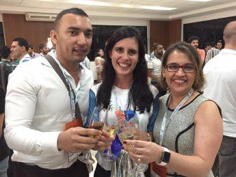 O professor Cleiton Sousa, a estudante Rayanne Mendes e a professora Luciana Gonçalves, durante cerimônia de recebimento do prêmio conquistado no COBEQ2016./Foto: Arquivo pessoal.