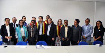 A delegação do Timor-Leste entregou, a cada um dos representantes da Unilab,  o tecido tradicional do Timor-Leste, feito artesanalmente, chamado Tais.  Foto: Assecom/Unilab.