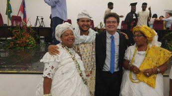 Táta Luangomina, com o reitor Aristeu Rosendo e familiares, durante sua a colação de grau na Unilab, Campus dos Malês.