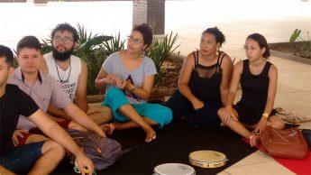 """Estudantes da Unilab durante a oficina """"Corporeidade Poética""""."""