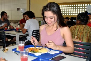 A estudante Letícia Franco é uma das apreciadoras dos pratos típicos dos países