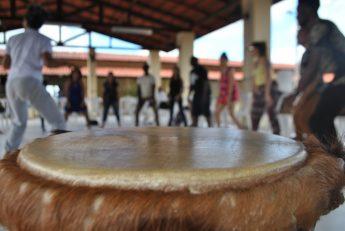 """A oficina sobre """"Corporeidades africanas ancestrais com percussão e ritmos da Guiné Bissau""""."""