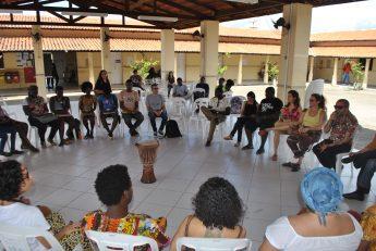 Em clima de roda de conversa, conferência privilegia a polifonia em torno do debate sobre a interculturalidade em arte e educação.
