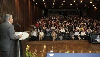 O auditório da Reitoria foi tomado por familiares, autoridades, colegas e amigos do professor (Foto: Foca Lisboa / UFMG)