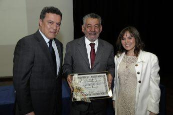 Tomaz recebeu o diploma de emérito do reitor Jaime Ramírez e da diretora do Instituto de Ciências Biológicas, Andréa Mara Macedo (Foto: Foca Lisboa / UFMG)
