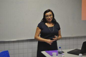 Professora do ICEN, Cleide da Silva Leite, durante a apresentação da Defesa do Memorial.
