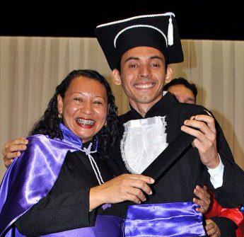 Evilasio Silva, formando do curso de Letras - Língua Portuguesa, e a coordenadora do curso, professora Cláudia Carioca