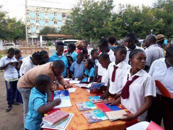 O escritor Mauro Brito com os estudantes moçambicanos.