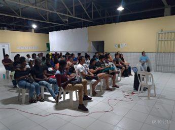 Público acompanha, de fora do auditório, Aula Magna. Fonte: Sepir/ Unilab.